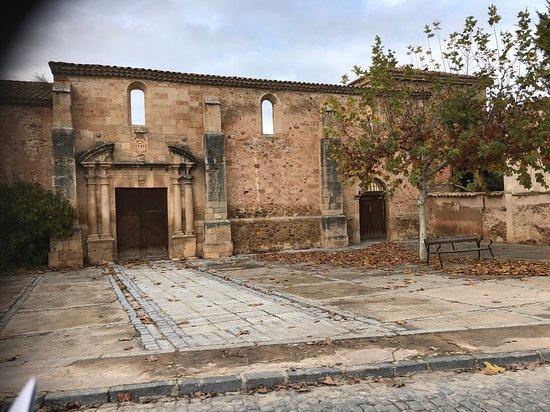 Almazán, España: Es la fachada del antiguo convento de la Merced. Ahí vivió uno de nuestro escritores más importantes, Tirso de Molina y ahí están sus restos.  Este lugar debería ser un lugar de peregrinación para los amantes de la literatura
