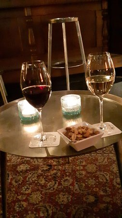 Tubbergen, The Netherlands: Lekker Twentes wijn in de gezellige bar van het hotel