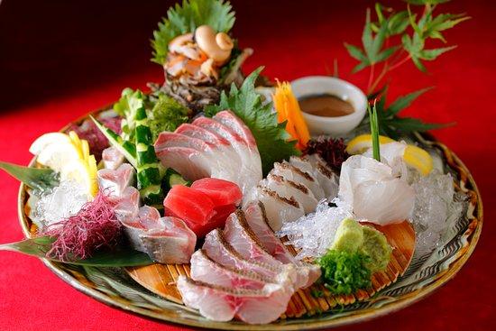 鮮度に自信あり!玄界灘直送の鮮魚刺盛り合わせ 博多港から毎日届く、新鮮な魚介類の刺身盛り合わせは、見た目に美しく、新しさにも自信あり!ぷりっぷりの鮮魚をぜひ当店でお楽しみ下さい。