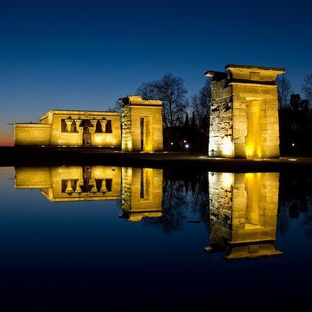 De noche es incluso más bello este templo egipcio
