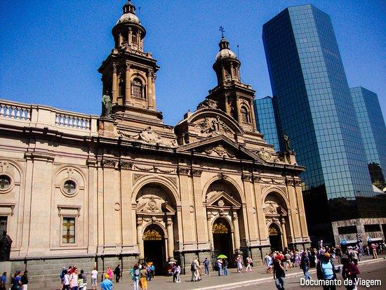 Santiago é a capital do Chile, se você planeja passar alguns dias na cidade, visite: Plaza de Armas, Palácio de la Moneda e o bairro Bellavista que é o lar de muitos restaurantes e cafés. Ao sul de Santiago você encontrará também as regiões produtoras de vinhos. Veja mais em https://documentodeviagem.com/