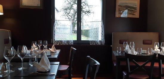 """Chateau Chinon, Γαλλία: Un des côté de la salle à manger, divisée par des """"claustras"""" en plusieurs zones"""