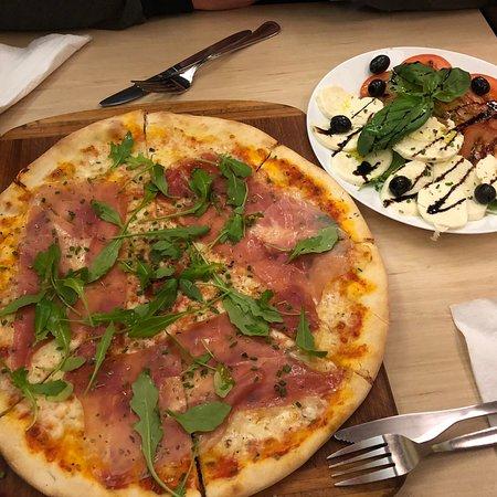 Lækker pizza med tynd sprød bund
