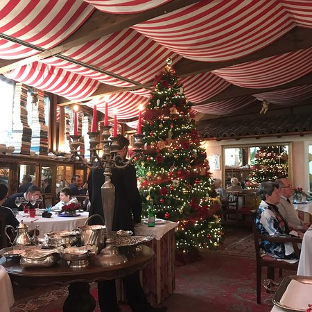 Quistello, Italie : Pranzo domenicale in tempo di Natale. Cappelletti al tartufo, tortelli di zucca, guanciale con polenta gorgonzola e tartufo, faraona con uva melograno e mostarda: fantastico