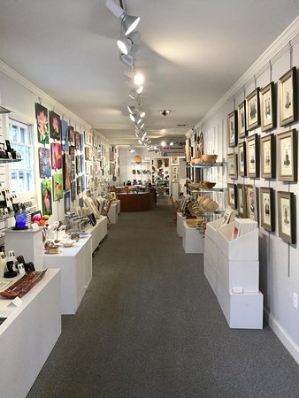 Occoquan, Вирджиния: Inside the gallery- a wide variety of different art styles. Come in and see ever changing art from talented local artists.