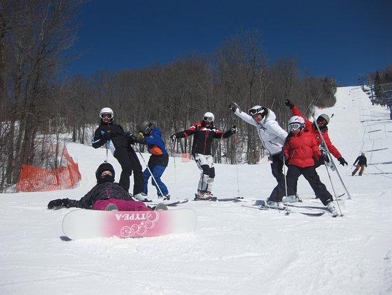 Saint Donat, Canada: Ski alpin entre copains au Mont-Garceau en combo avec la motoneige ou dans votre forfait de plusieurs jours.