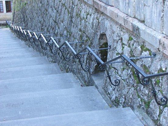 Covadonga, Spain: Larga escala(agotadora) desde base de la cueva hacia la explanada de la Basílica