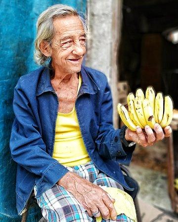 Este amable señor siempre que termino de recorrer las calles de la habana vieja le compro platanitos para llevar a casa 🙂. Hoy he decidido hacerle una foto.