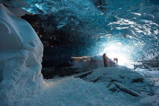 Exploración de la cueva de hielo azul