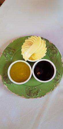 Joubertina, Sudáfrica: Butter with Balsamic Vinegar, served with the stone baked bread.