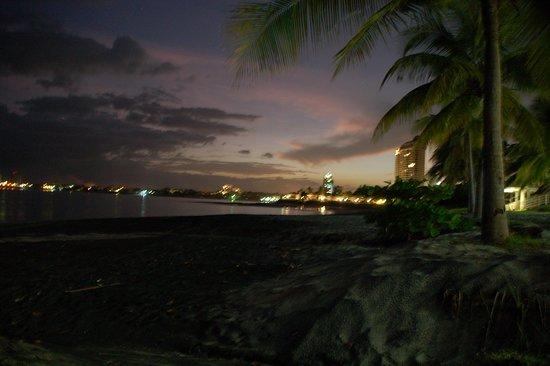 Nueva Gorgona, Panamá: Beach view just after sunset.
