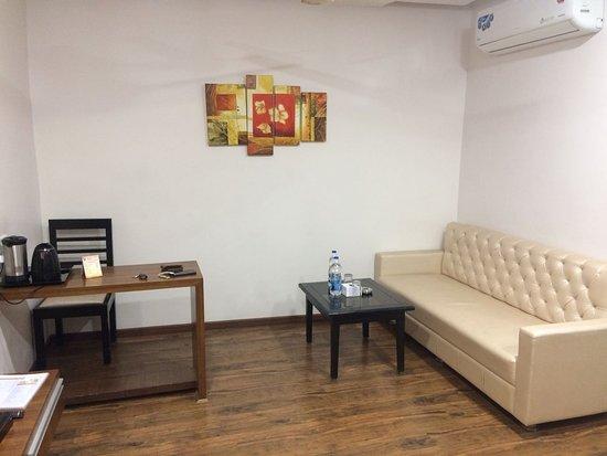 Narsinghpur, الهند: Attached Living Room