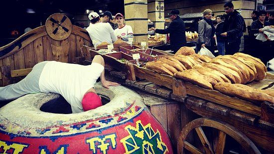 Aparan, أرمينيا: Lively bakery