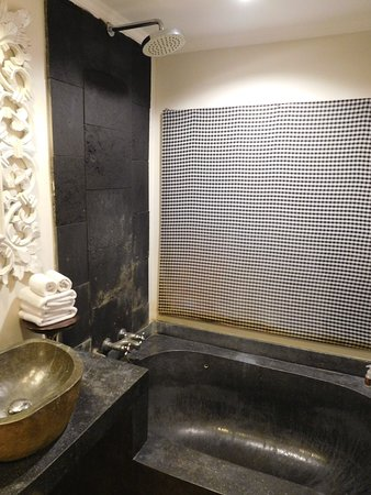 la (petite) salle de bains - Picture of The Mansion Bali ...