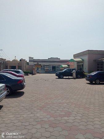 Zaria, Nigeria: Sagalinku restaurant and guest in