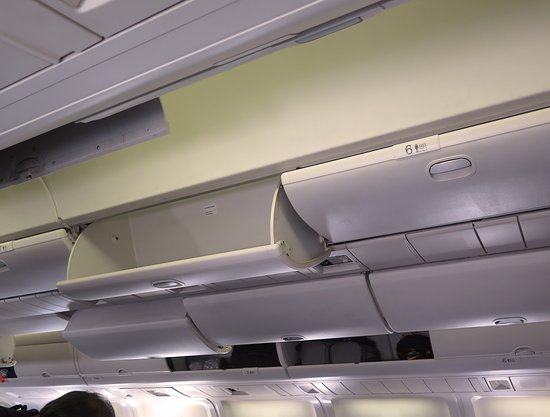 ‪יונייטד איירליינס: UA959 LHR-ORD 767-300 Polaris Business Class Seat 6K - Overhead Bins‬