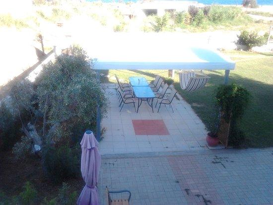 Nea Vrasna, Yunani: Ο υπέροχος κήπος του Littore Maris στα Νέα Βρασνά Θεσσαλονίκης. Μπορείς με την παρέα σου να απολαύσεις το πρωινό σου στον κήπο ή να πάρεις το μεσημεριανό σου ή ακόμα και το βραδινό σου γεύμα, κάνοντας grill time. Η παραλία για να απολαύσετε το μπάνιο σας είναι σε απόσταση αναπνοής θα λέγαμε.