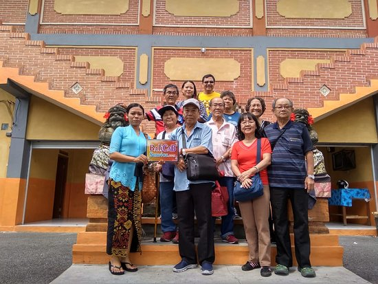 Tuban, Indonesia: Group with cab service