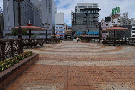 Fukuhaku Deai Bridge: 車は通らず真ん中は広場になっている