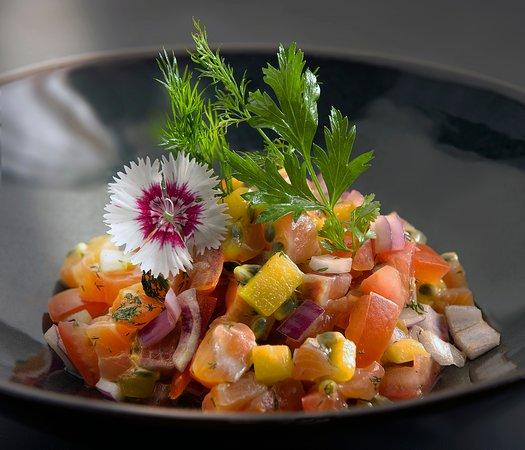 MISS BALTIQUE : Saumon, fruits de la passion, mangue, œufs de tobiko, basilic thaï, oignons rouges, tomates fraîches, jus d'orange