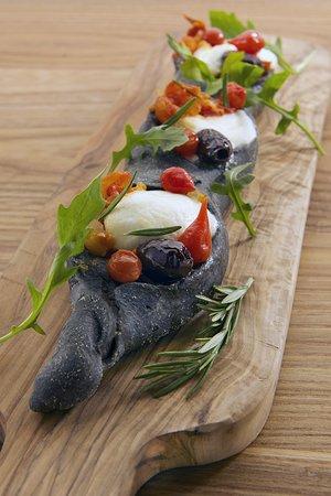 BURRATA ZAZABELLA : Burrata, concassé de tomates cerises, piquillos, artichauts, olives et roquette