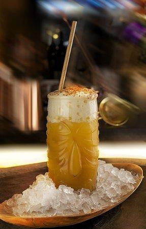 MANGO COOLER : Kraken Spiced rhum, nectar artisanal de mangue, mangue épicé, citron jaune BIO, mousse yuzu-pomme-litchi & mix d'épices mexicaines * *Ce cocktail contient du blanc d'oeuf