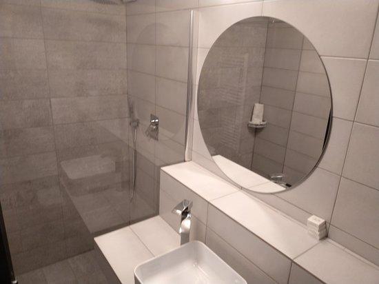 Cacica, Ρουμανία: Ap. noi frumoase ,de doua camere cu salón ,elegante si  curate .