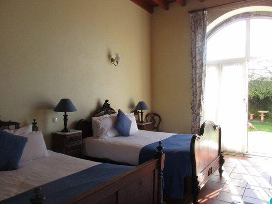 Algueirao - Mem Martins, Portugal: Main room of our 2 bedroom suite.