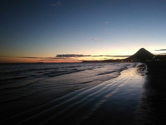 Vista do monte Agha ao final do dia na praia de Piúma