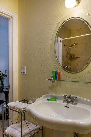 Upper Lake, Californien: Modern, clean bathrooms with designer toiletries.