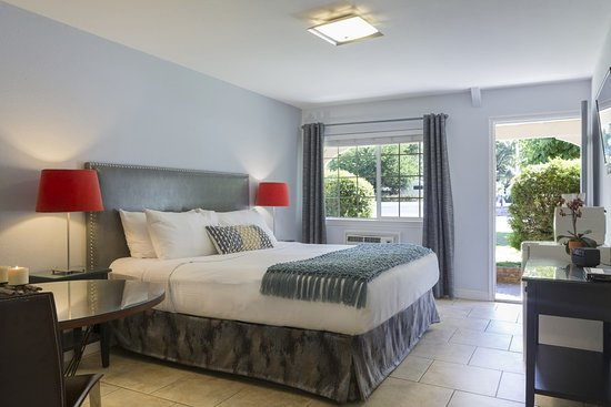 Upper Lake, Kalifornien: Our spacious, mountain view King Room with dine-in table.
