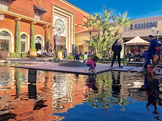 Newport Beach, Californien: Koi pond at Fashion Island.