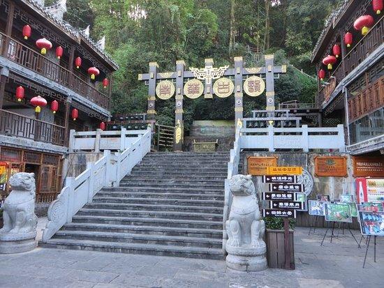 Fenghuang County, China: 虹橋の南側に入り口があり、チケットを購入し上がっていきます