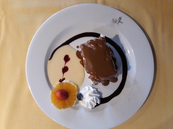 Villamanrique de la Condesa, Spain: Tarta de galletas con nata fresca y dulce de leche