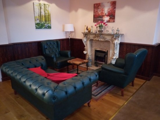 Shedfield, UK: Comfy waiting area off bar.