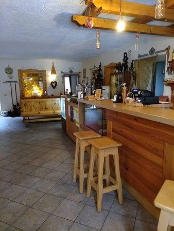 Collina, إيطاليا: il bar e la saletta adibita all'accoglienza