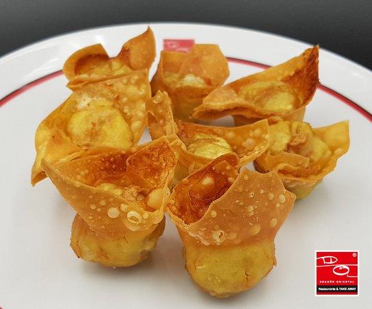 """Deliciosos y crujientes """"Wan Tan"""" fritos. Acompáñalos con salsa agridulce, agripicante o de soja...  👉 ¡tú elijes!"""