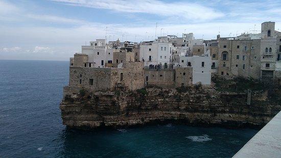 bella veduta del centro storico di polignano a mare