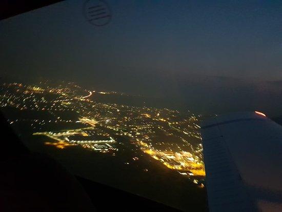 Bad Voeslau, Ausztria: Nachtflug über Wien
