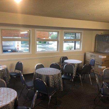 Sandcastle Inn: Área do café da manhã. Confortável e com suficiente comida