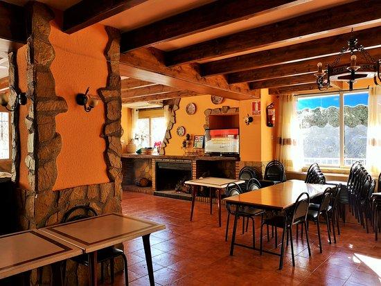 Santiago de la Espada, Španělsko: Esta es la antesala entre el bar de la entrada y el comedor; ,lugar con chimenea, l fondo el río Zumeta y la piscina para el verano