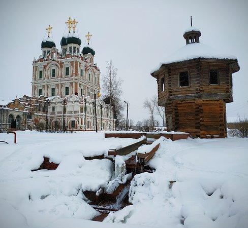 Solvychegodsk, Rusia: Вид на храм и источник