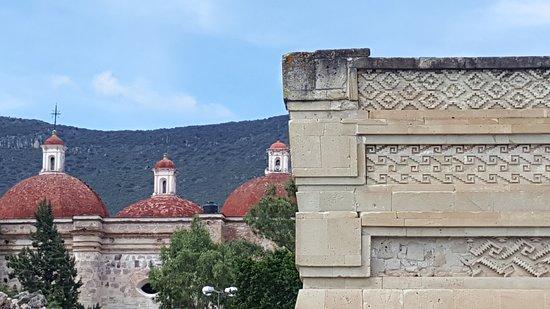 San Pablo Villa de Mitla, México: Vestigios arqueológicos cuya decoración en piedra es incomparable. Este lugar nombrado recientemente PUEBLO MÁGICO, llamado por sus antiguos pobladores como el lugar de los MUERTOS, te asombrará por su estado de conservación y su legado arquitectónico. Disfruta de esta maravilla con nosotros en https://oaxacaviajero.com/tours-oaxaca/tour-hierve-el-agua/