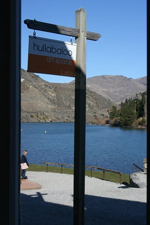 Hullabaloo Art space on the shores of Lake Dunstan. View from front door with great cafe next door.