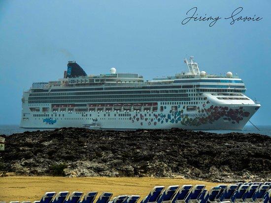 Berry Islands: Arrêt d'une journée au Great Stirrup Cay aux Bahamas lors d'une croisière à bord du Norwegian Gem. Très belle plage malgré la température maussade. J'ai trouvé assez intéressant le fait que l'île ait été acheté par Norwegian.  Le norwegian Gem est le plus jeune Jewel Class de Norwegian Cruise Line et a été fabriqué a Papenburg en Allemagne en 2006. Pouvant accueillir 2394 passagers, le navire est utilisé pour des circuits nord-américains + caraïbes