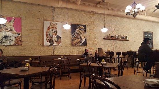 Stoughton, Висконсин: Cozy interior with gorgeous paintings