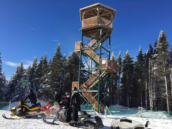 Saint-Donat-de-Montcalm, Kanada: Tour d'observation au sommet de la montagne noire.
