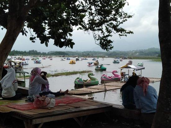 Situ Bagendit Lake: Melaksanakan rekreasi bersama keluarga dengan biaya murah meriah sambil botram disinilah tempatnya  Situ Bagendit yang bertempat di kecamatan Banyuresmi Kab. Garut Jawa Barat