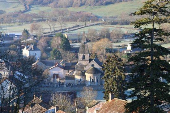 Vue du village de La Rochepot en Côte-d'Or. L'église ND de la Nativité est du 12é Siècle