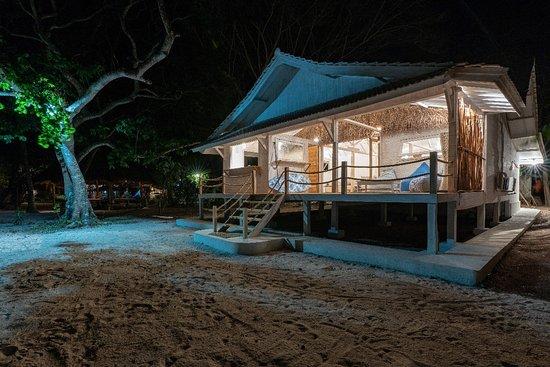 Taliwang, Ινδονησία: The beach house by night